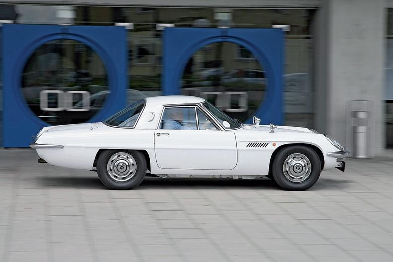 Proporcje są nietypowe, ale zapewniają Cosmo Sport ciekawą sylwetkę. W drugiej generacji auta (od lipca 1968 r.) wydłużono rozstaw osi