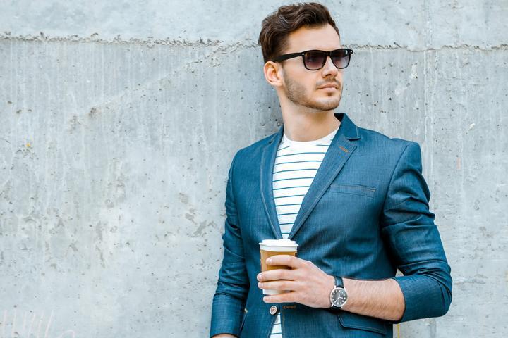 Smart casual w męskim wydaniu. Czym się charakteryzuje i na czym polega?