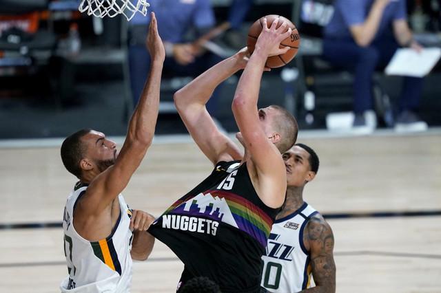 Rudi Gober povlači dres Nikole Jokića na drugom meču NBA plej-ofa između Denvera i Jute