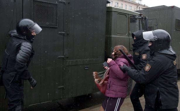 Proces był kontynuowany w poniedziałek. Milicjanci twierdzili, że obrażenia twarzy polityk zadał sobie sam - uderzając głową o siedzenie samochodu. Wyrok – 10 dni aresztu.