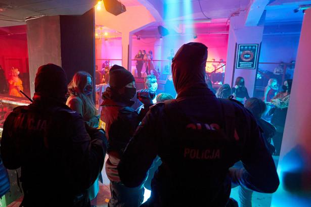 Kontrola Sanepidu w otwartym mimo obostrzeń klubie w Poznaniu