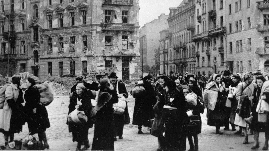 Ludność cywilna opuszcza Warszawę. Październik 1944 roku