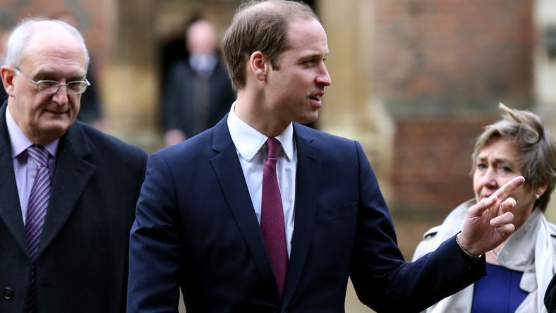 Książę William przybywa do Cambridge