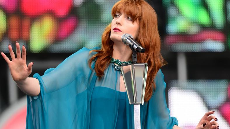 """""""Rolling Stone"""" umieścił ją na liście 50 najlepszych koncertowych wykonawców na świecie. Na scenie hipnotyzuje, biegając i tańcząc w swoich dziwnych jak z """"Alicji w Krainie Czarów"""" Tima Burtona strojach i czaruje fanów ambitnego popu"""
