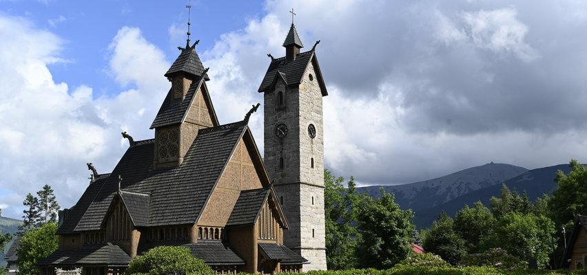 Ten kościół przypłynął do Karpacza z Norwegii. Odwiedź perełkę sztuki Wikingów