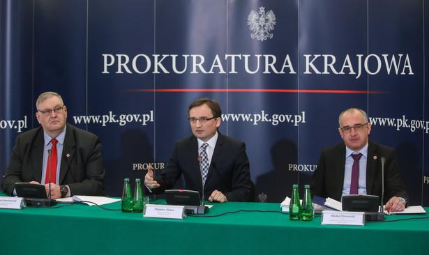 Minister sprawiedliwości Zbigniew Ziobro, prokurator krajowy Bogdan Święczkowski oraz dyrektor Departamentu do Spraw Przestępczości Gospodarczej Prokuratury Krajowej Michał Ostrowski
