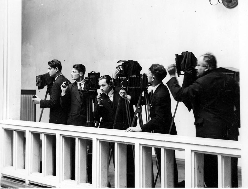 Warszawa, 26 listopada 1930. Fotoreporterzy przy pracy podczas posiedzenia Sejmu