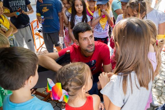 Donatorska kampanje Sezona darivanja Novak Djokovic sa decom