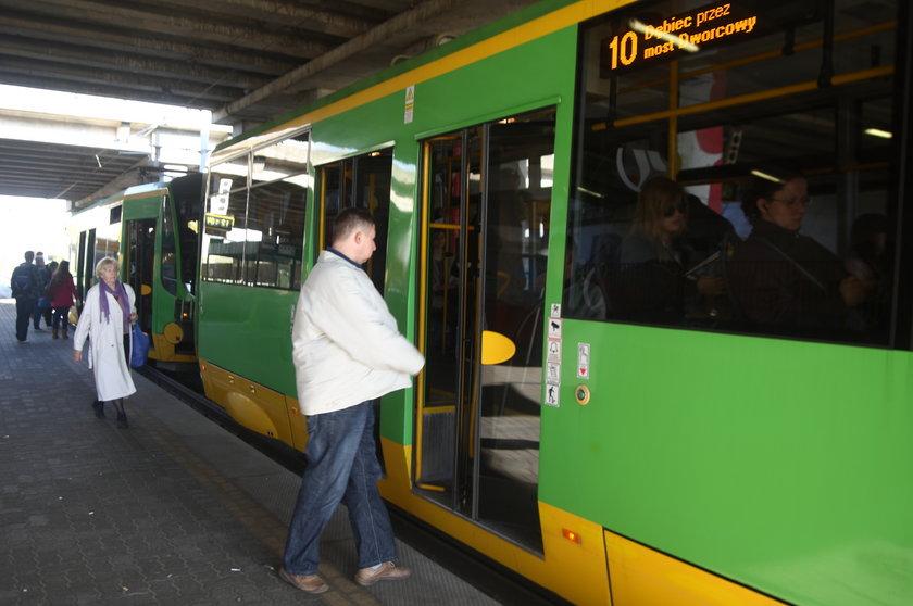 Pasażerowie wsiadają do tramwaju