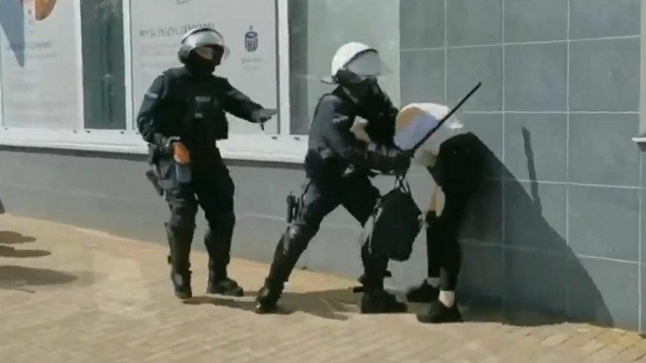Policjant uderzył protestującą pałką. Jego interwencję zbada prokuratura