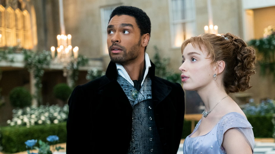 "Regé-Jean Page jako Simon Bassett i Phoebe Dynevor jako Daphne Bridgerton w serialu ""Bridgertonowie"""