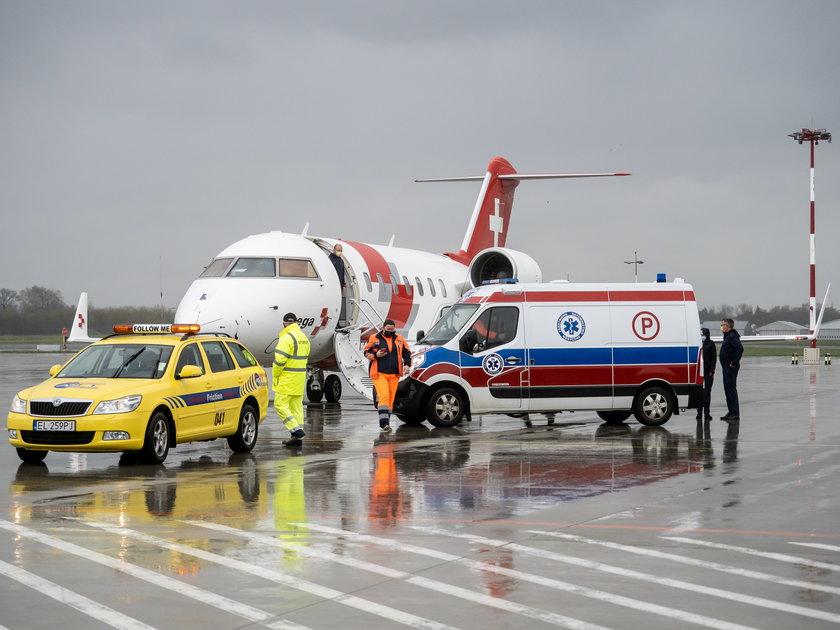 Samolot sanitarny i karetka na płycie lotniska w Łodzi