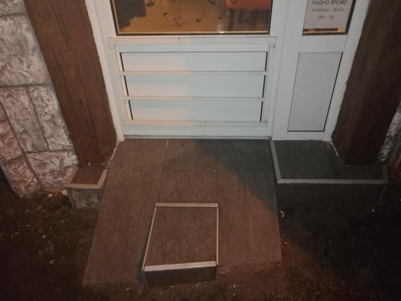 Rampa za kolica na ulazu: Prilaz kafiću prilagođen je osobama sa invaliditetom