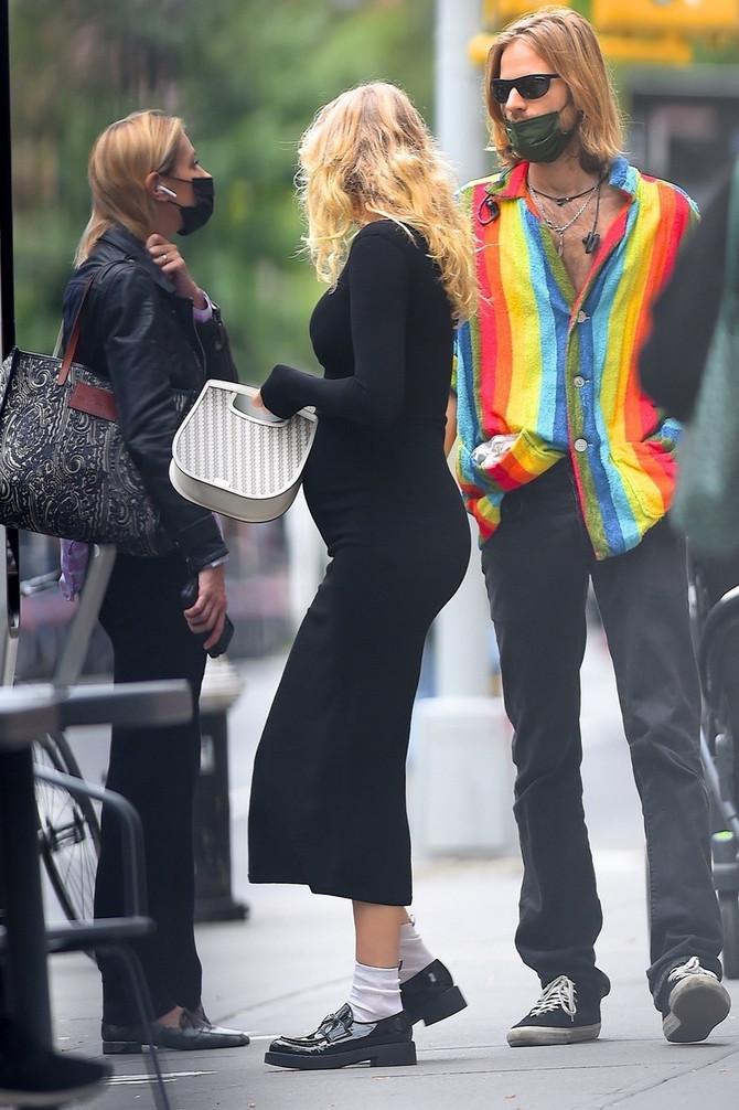 I na novim Elsinim paparaco fotkama jasno se vidi trudnički stomačić