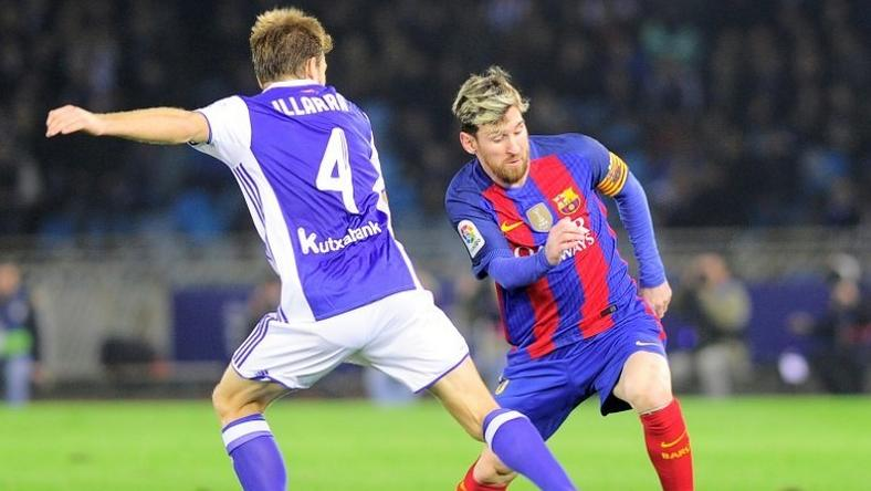 Real Sociedad's midfielder Asier Illarramendi (L) vies with Barcelona's Argentinian forward Lionel Messi during the Spanish league football match Real Sociedad vs FC Barcelona at the Anoeta stadium in San Sebastian, on November 27, 2016