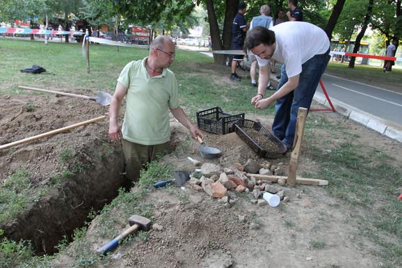 Prosejavanje zemlje na mestu gde se sumnja da je bačeno telo generala Mihailovića