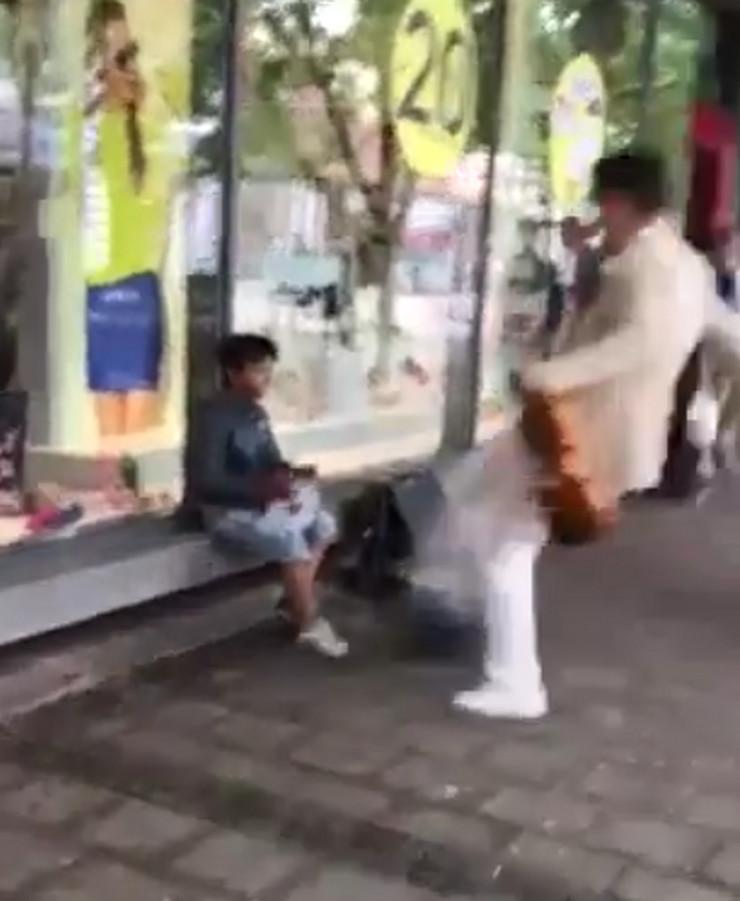 Violinista šutnuo dečaku torbu u kojoj drži novac