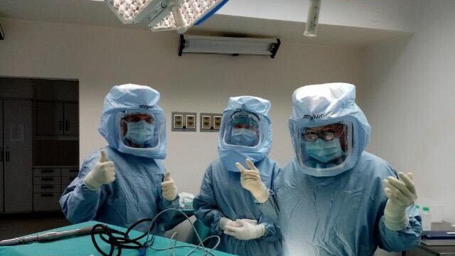 Neurochirurgia na Szwajcarskiej. Dr n. med. Sławomir Smól, szef oddziału - pierwszy z prawej