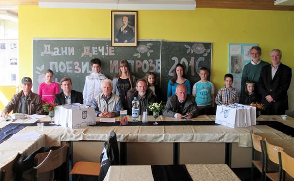 Nagrađeni učenici sa lozničkim pesnicima