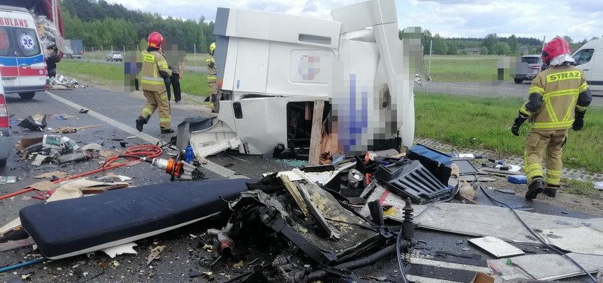 Wypadek na S8 pod Wyszkowem. Zderzyły się cztery samochody. Nastąpił efekt domina. DUŻO ZDJĘĆ