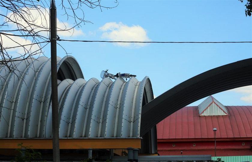 Łódzki rower miejski na dachu targowiska Górniak przy Pabianickiej w Łodzi