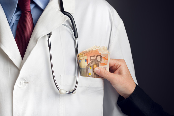 korupcija stock-photo-corruption-in-health-care-industry-doctor-receiving-large-amount-of-euro-banknotes-as-a-bribe-227530396