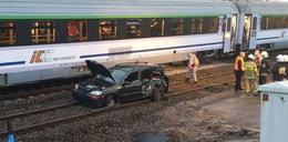 Samochód zawisł na torach. Z oddali zbliżał się pociąg...