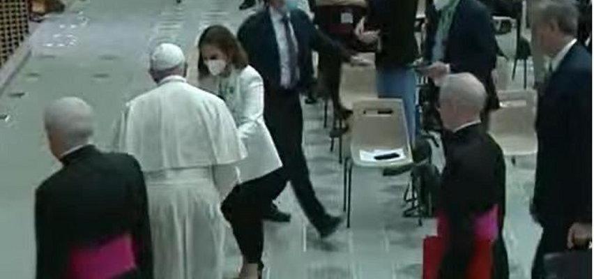 Niecodzienna sytuacja w Watykanie. Polska posłanka nagle podeszła do papieża. Wręczyła mu list i zdjęcie