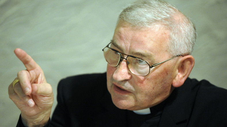 Biskup Pieronek: Senyszyn do krów!