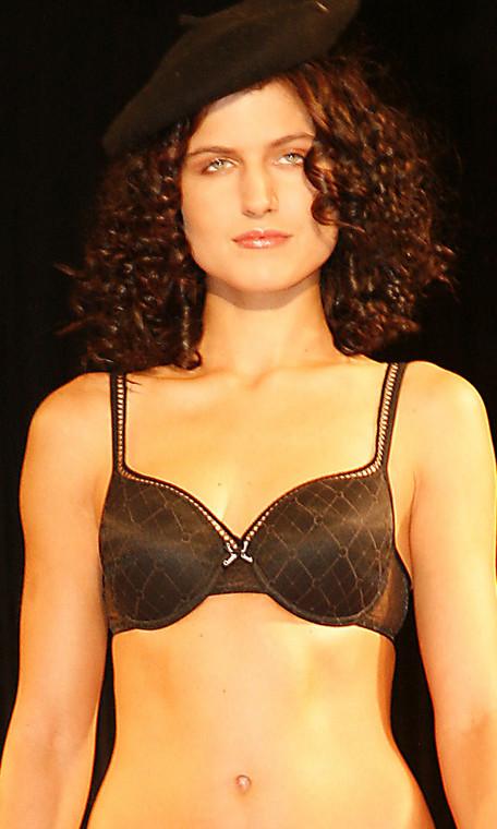 Biustonosz modelujący piersi