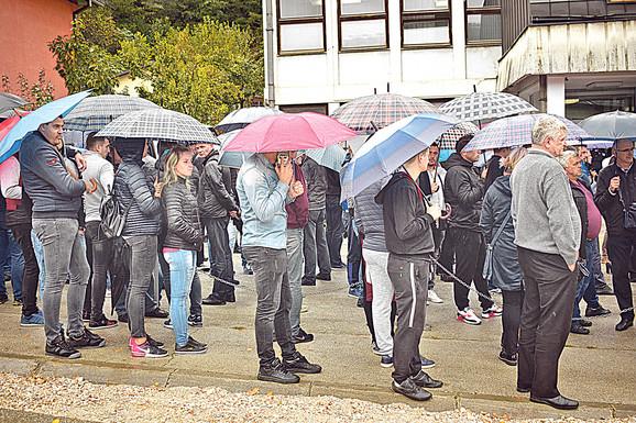 Milovanović je organizovao sramni skup ispred suda na kojem su ga radnici