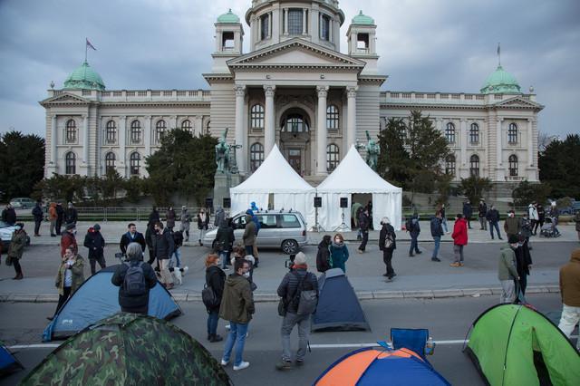 Oflajn protest onlajn radnika: Razlog prošlonedeljnog smrzavanja u šatorima ispred Narodne skupštine dokaz je upornosti i neslaganja sa politikom i odnosom Vlade prema ovoj grupi građana, kojih po nekim procenama ima oko 100.000