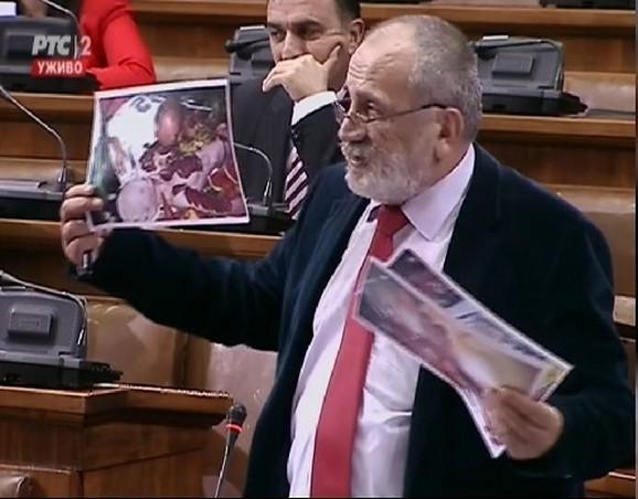 Poslanik Rističević pokazuje forografije nagih žena