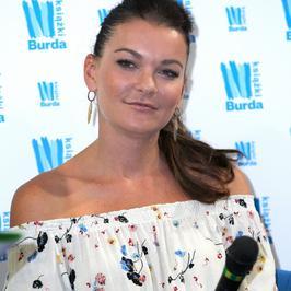 Agnieszka Radwańska w letniej stylizacji na promocji książki. Pasuje jej ta kreacja?