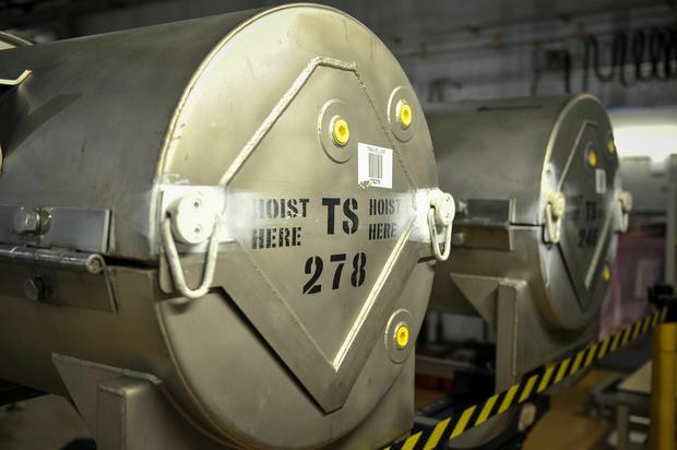Paliwo jądrowe w stalowych pojemnikach w reaktorze francuskiej elektrowni Chinon