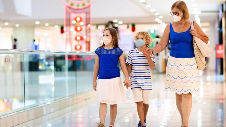 Rodzina idzie przez centrum handlowe