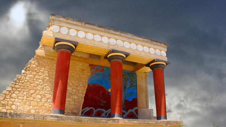 Ruiny pałacu pochodzą z okresu 2000-1400 p.n.e. Odkrył je i częściowo zrekonstruował Arthur John Evans, brytyjski archeolog