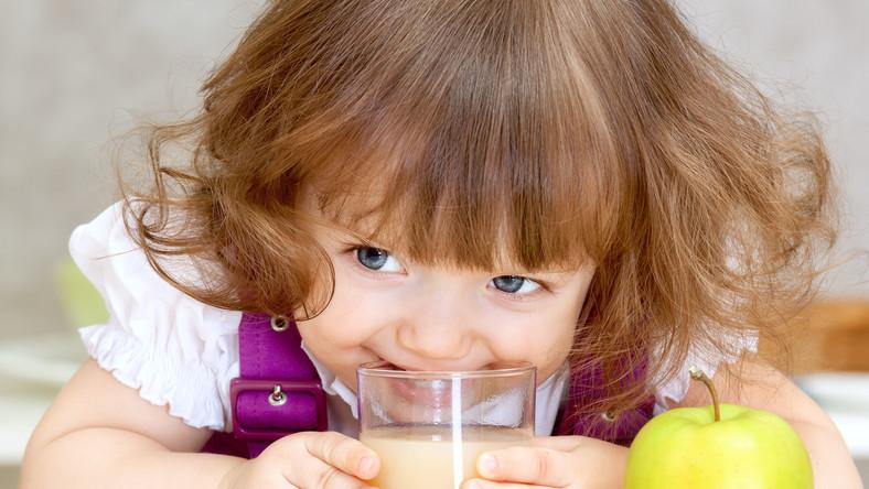Soki owocowe zawierają cukier i kwasy owocowe, które niszczą zęby i sprzyjają próchnicy