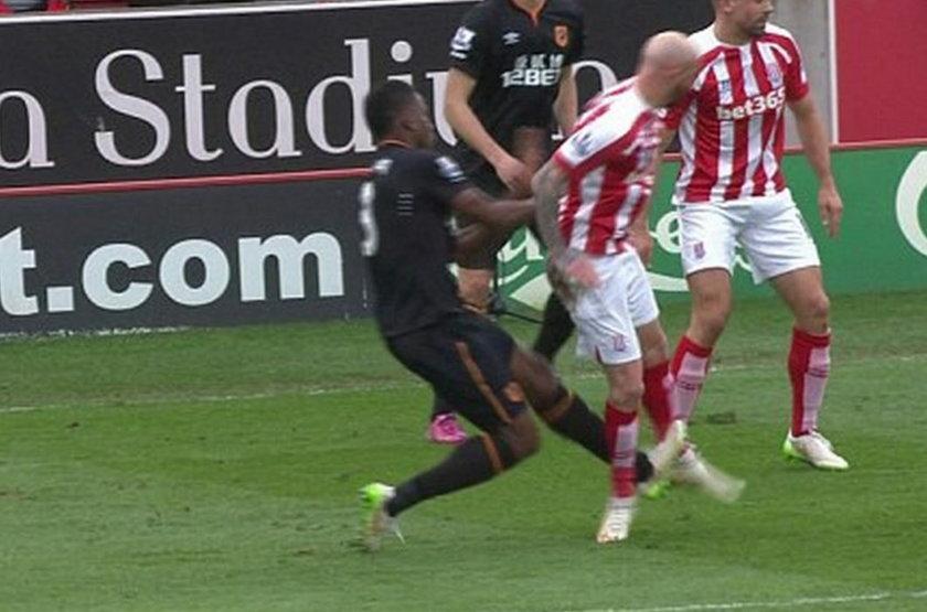 Rozcięta noga Sthephana Irelanda! Fatalny faul w meczu Stoke z Hull.