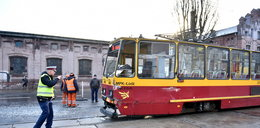 Zderzenie dwóch samochodów i tramwaju. Są ranni