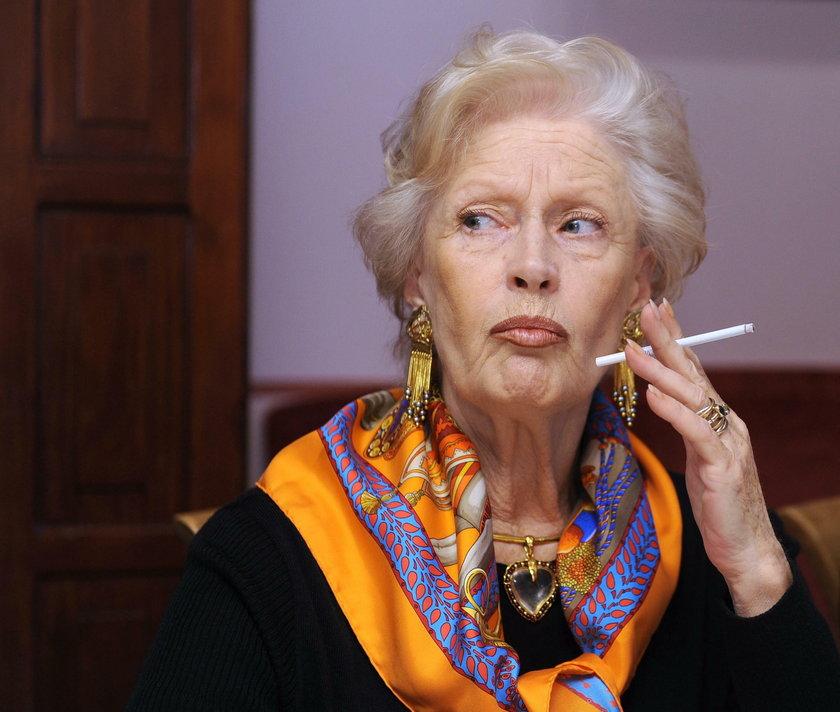 Beata Tyszkiewicz z papierosem