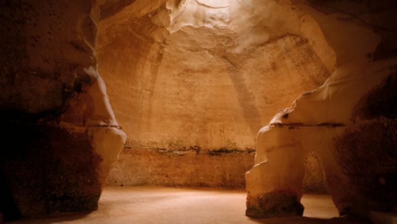 Promienie słońca przedzierające się do jaskini - Israel