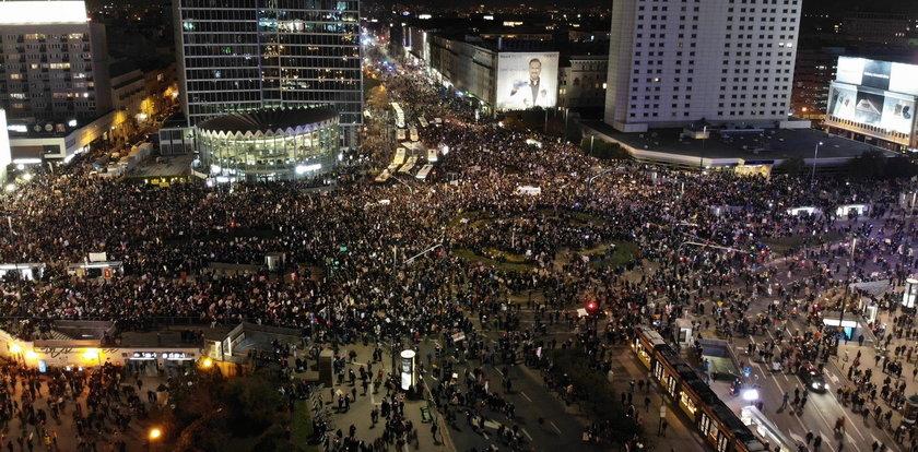 Tak wygląda Strajk Kobiet w Warszawie. Tłumy na ulicach