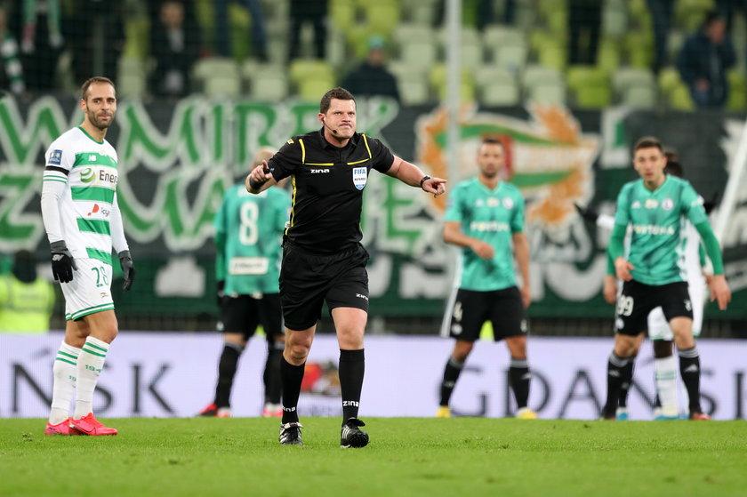 Od lipca jednak sędzia Tomasz Musiał (40 l.) zniknął z piłkarskich boisk.