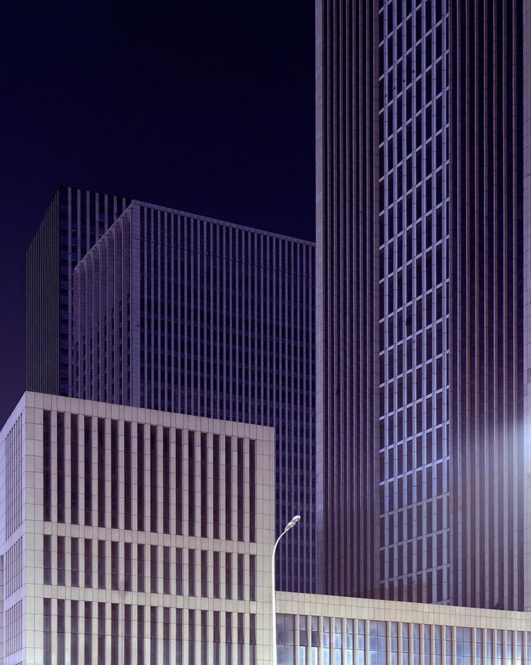"""Z powody świeżości całej konstrukcji, Caemmerer opisuje miasta jako """"surrealistyczne"""" i """"tajemnicze""""."""