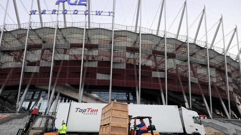 Rozładunek sprzętu medycznego przed Stadionem Narodowym