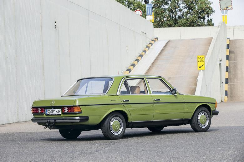 W listopadzie 1975 roku produkowane od 8 lat W114/115 doczekało się następcy. Limuzyna ustanowiła nowe standardy pod względem jakości, komfortu i bezpieczeństwa.