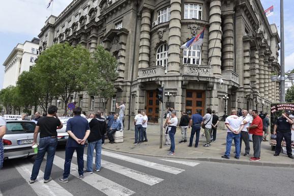 Taksisti su zatvorili Nemanjinu i Slaviju