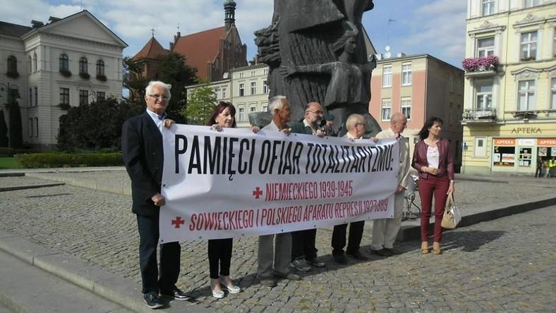 Grupa prawicowych działaczy przed Pomnikiem Walki i Męczeństwa