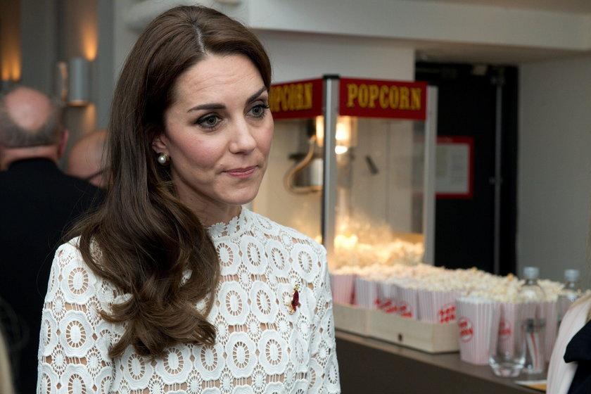 Księżna Kate w białej sukni na premierze filmu